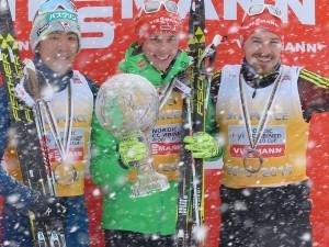 Siegerehrung des Gesamtweltcups (v. links): 2.Platz - Akito Watabe, 1.Platz - Eric Frenzel, 3.Platz - Fabian Rießle